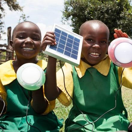 럭셔리 시계 브랜드 피아제는 빈곤 및 기후 변화 종식에 적극적으로 대응하는 솔라에이드(SolarAid)를 협력사로 선정하였습니다.