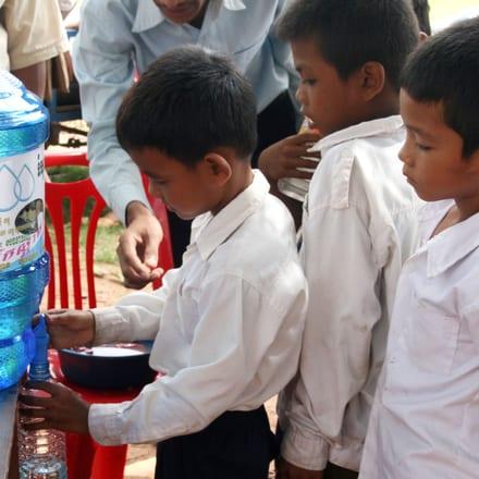 럭셔리 워치메이커 피아제가 캄보디아 지역사회에 깨끗하고 합리적인 가격의 수자원을 공급합니다.