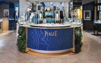 pop up piaget présentant des bijoux en or rose et pierres fines et montres de luxe