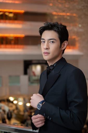 피아제 폴로 럭셔리 스틸 시계를 착용한 배우 장이공(Zhang Yicong)