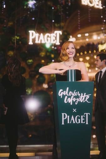 Jessica Chastain porte un collier en or blanc et diamant pour inaugurer le sapin Piaget