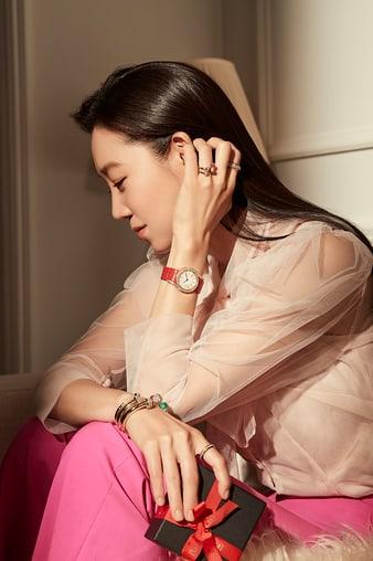 피아제 핑크 골드 주얼리와 시계를 착용한 공효진