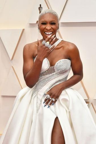 Cynthia Erivo portant des boucles d'oreilles et des bagues de Haute Joaillerie en diamants aux Oscars2020