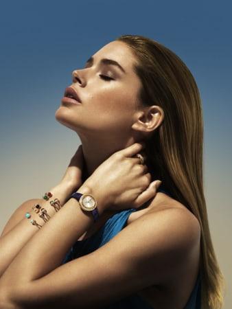 Doutzen Kroes portant des bracelets bangles de luxe Possession