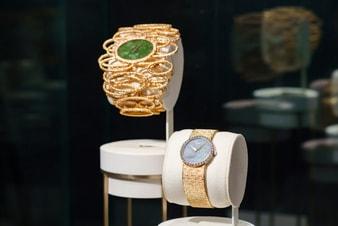 黃金手鐲腕錶和配備蛋白石錶盤的金質鑽石腕錶