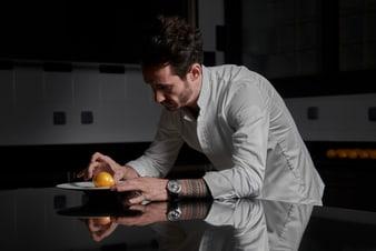 Cédric Grolet porte une montre en or blanc extra-plate Altiplano